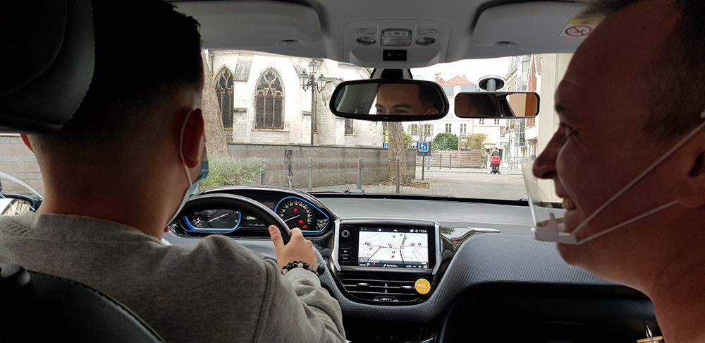 Cyrille le moniteur en cours de conduite pour l'Auto école central de Troyes